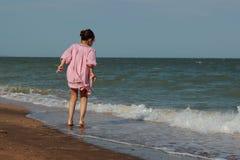 Jong geitje op het strand, de Krim stock foto's