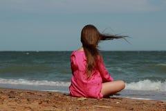 Jong geitje op het strand, de Krim stock afbeelding