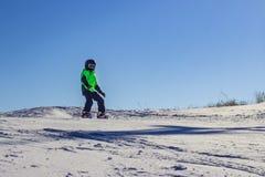 Jong geitje op snowboard in de aard van de de winterzonsondergang De sportfoto met geeft ruimte uit royalty-vrije stock foto