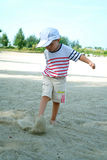 Jong geitje op Strand het Spelen Zand Stock Foto