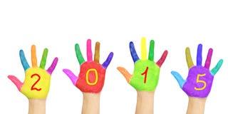 Jong geitje` s kleurrijke handen die nummer 2015 vormen Stock Afbeeldingen