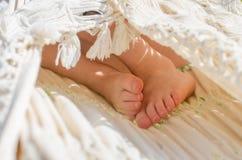 Jong geitje` s tiptoes binnen witte hangmat Royalty-vrije Stock Afbeelding