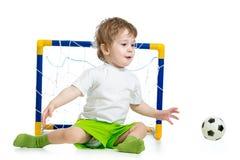 Jong geitje speelvoetbal en het vangen van voetbalbal royalty-vrije stock afbeelding