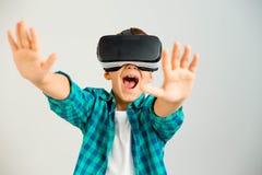 Jong geitje in VR-hoofdtelefoon royalty-vrije stock foto's