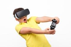 Jong geitje in VR-hoofdtelefoon stock foto's