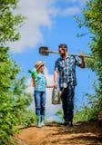 Jong geitjearbeider met de doos van de papagreep Familie het plakken het zijdorp van het de lenteland vader en dochter op rancho  royalty-vrije stock foto's