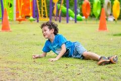 Jong geitjejongen die pret hebben om het gebied van de kinderen` s speelplaats op school te spelen, Royalty-vrije Stock Afbeeldingen