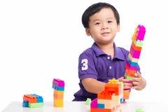 Jong geitjejongen het spelen met blokken van stuk speelgoed geïsoleerde aannemer royalty-vrije stock foto