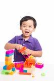 Jong geitjejongen het spelen met blokken van stuk speelgoed geïsoleerde aannemer stock foto's