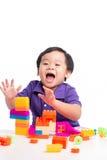 Jong geitjejongen het spelen met blokken van stuk speelgoed geïsoleerde aannemer stock afbeelding
