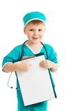 Jong geitjejongen in uniform als arts met klembord Stock Afbeeldingen