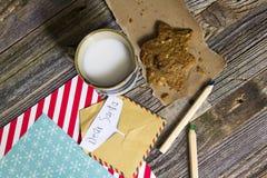 Jong geitjekerstmis Toy Letter en koekjes voor Kerstman stock afbeelding
