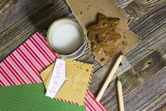 Jong geitjekerstmis Toy Letter en koekjes voor Kerstman stock foto's