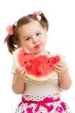 Jong geitjemeisje die geïsoleerde watermeloen eten Royalty-vrije Stock Foto's