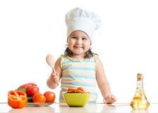 Jong geitjemeisje die gezond voedsel voorbereiden Stock Afbeelding
