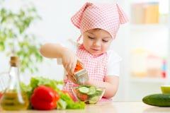 Jong geitjemeisje die groenten voorbereiden royalty-vrije stock foto
