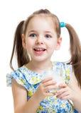 Jong geitjemeisje het drinken yoghurt of kefir Royalty-vrije Stock Foto's
