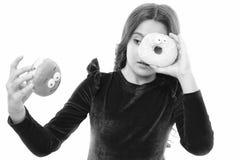 Jong geitjemeisje hongerig voor zoete doughnut Suikerniveaus en gezonde voeding Doughnut haar zoete obsessie Gelukkige kinderjare royalty-vrije stock fotografie