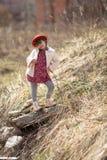 Jong geitjemeisje met vlechten in hoedengangen op de lentepark royalty-vrije stock fotografie