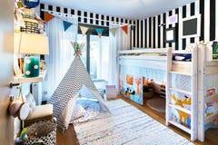 Jong geitjeslaapkamer met tipi en stapelbed stock foto's