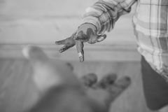 Jong geitjespel Hand van kind in kleurrijke verven wordt geschilderd die aan volwassene bereiken die Stock Fotografie