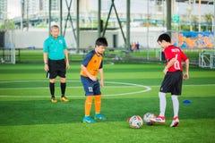 Jong geitjevoetbal het jongleren met voetbal royalty-vrije stock foto's
