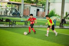 Jong geitjevoetbal het leren voetbal stock afbeelding