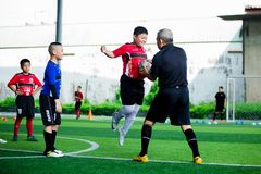 Jong geitjevoetbal opleiding met sprong voor slag aan bal ter beschikking van bus royalty-vrije stock foto