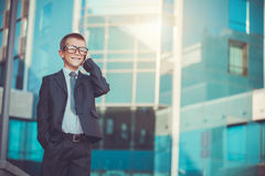 Jong geitjezakenman die op de telefoon spreken Stock Foto's
