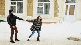 Jong gelukkig aantrekkelijk paar die samen in een stad lopen stock videobeelden