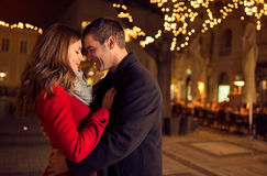 Jong gelukkig aantrekkelijk verliefd paar die in openlucht omhelzen Royalty-vrije Stock Afbeeldingen