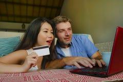 Jong gelukkig en mooi gemengd het behoren tot een bepaald raspaar met Kaukasische echtgenoot of vriend en Aziatisch Chinees vrouw stock foto's