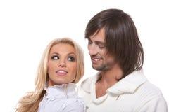 Jong gelukkig glimlachend paar dat elkaar bekijkt stock foto