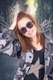 Jong gelukkig meisje die militaire eenvormig dragen en Stock Foto's
