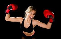 Jong gelukkig mooi boksermeisje met bokshandschoenenwapens in overwinningsteken met geschikt en gezond lichaam Royalty-vrije Stock Afbeeldingen