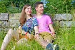 Jong, gelukkig paar in de aard Stock Afbeeldingen