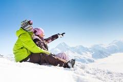 Jong gelukkig paar in de winterbergen Stock Afbeeldingen
