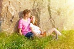 Jong, gelukkig paar die de zon zitten Royalty-vrije Stock Foto
