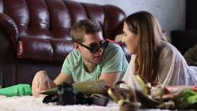Jong gelukkig paar die een reis met kaart plannen stock footage