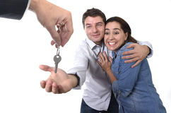 Jong gelukkig paar die huis zeer belangrijke nieuwe woonplaats in het echte concept van de staat ontvangen Stock Foto