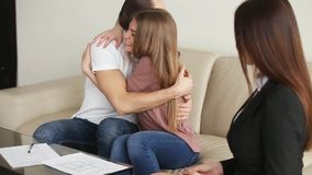Jong gelukkig paar die onroerende goederencontract ondertekenen stock videobeelden