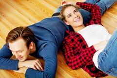 Jong gelukkig paar die op de vloer liggen Royalty-vrije Stock Foto