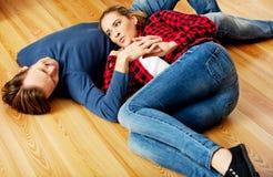 Jong gelukkig paar die op de vloer liggen Stock Afbeelding
