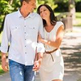 Jong gelukkig paar die in park omhelzen royalty-vrije stock foto