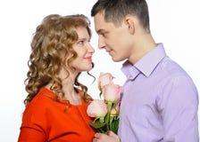 Jong gelukkig paar met roze rozen Royalty-vrije Stock Foto's