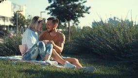 Jong gelukkig paar in openlucht Royalty-vrije Stock Foto's