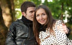 Jong gelukkig paar in openlucht stock fotografie