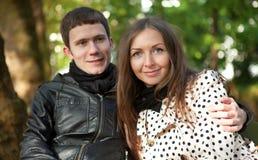 Jong gelukkig paar in openlucht royalty-vrije stock afbeelding