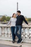 Jong gelukkig paar in Parijs royalty-vrije stock afbeeldingen
