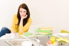 Jong gelukkig studentenmeisje dat thuis bestudeert Royalty-vrije Stock Afbeeldingen